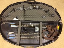Compound Bow w/8 arrows & case in Glendale Heights, Illinois