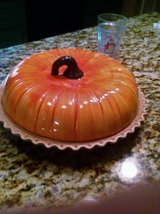 New pumpkin pie baking dish w/lid GREAT GIFT.  JUST REDUCED! in Perry, Georgia