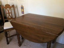 Dining table with leaves and chairs in St. Charles, Illinois
