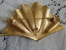Vintage gold tone Monet brooch/very good condition in Alamogordo, New Mexico