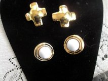 2 pairs of vintage clip on gold earrings in Alamogordo, New Mexico