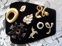 8 vintage brooches/ gold tone/metal pearl in Alamogordo, New Mexico