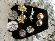 5 vintage pairs of clip on earrings/costume jewelry, excellent condition in Alamogordo, New Mexico