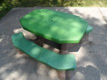 Picnic Table in Glendale Heights, Illinois