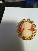 "Vtg Salmon Plastic CAMEO Gold Tone Pendant W/ 12 Clear Rhinestones! So Pretty! 2"" x 2"" in Bellaire, Texas"