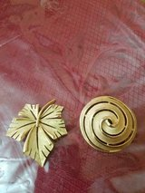 2 Vintage Signed TRIFARI Brushed Gold Tone Brooches / Pins! Round Swirl & Leaf! in Bellaire, Texas