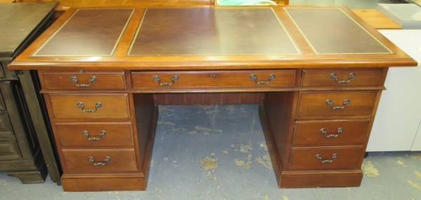 Hooker Furniture Executive Leather Top Desk | Furniture: Office   By Dealer  For Sale On Wheaton, IL Bookoo!